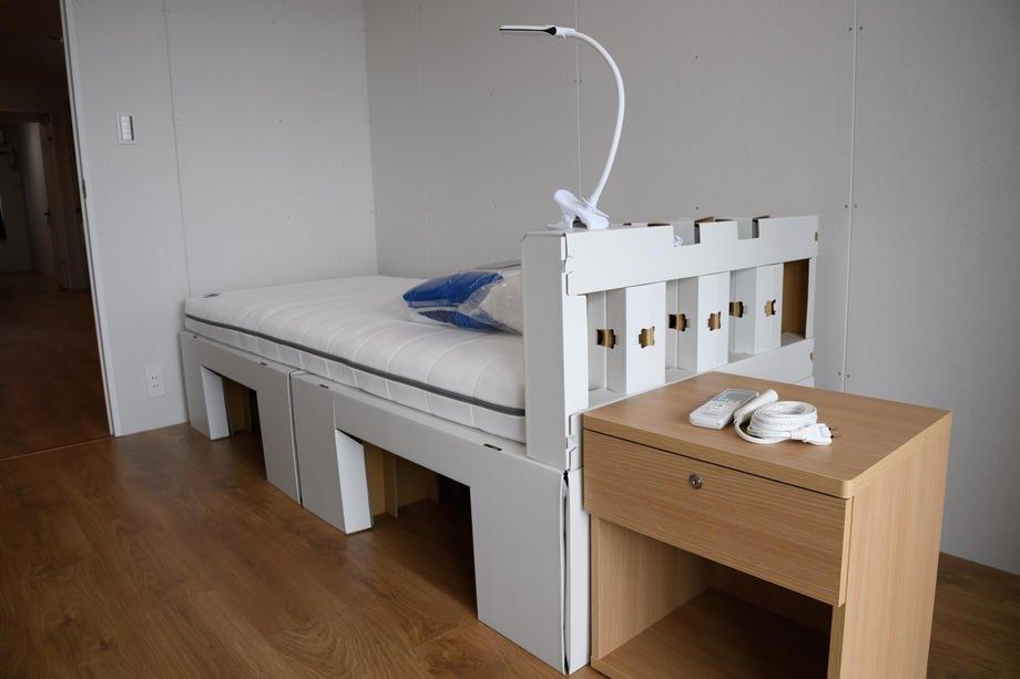 Картонне ліжко та матрац для спортсменів продемонстрували під час медіатуру в Олімпійському селищі
