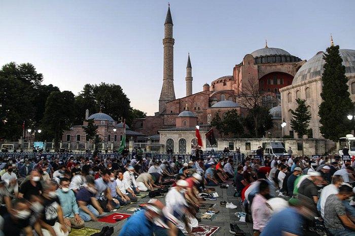 Люди во время молитвы перед музеем Святой Софии (бывшим Собором Святой Софии) в день оглашения решения об изменении статуса музея в мечеть, Стамбул, 10 июля 2020.