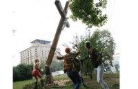 В России вслед за акцией Femen спилили четыре креста