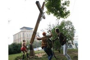 У Росії слідом за акцією Femen спиляли чотири хрести