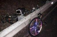 На виїзді з Києва автомобіль збив насмерть двох велосипедистів