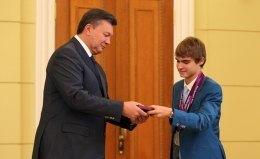 """Янукович нагородив """"б'ютівця"""" орденом, а параолімпійцям вручив премії"""