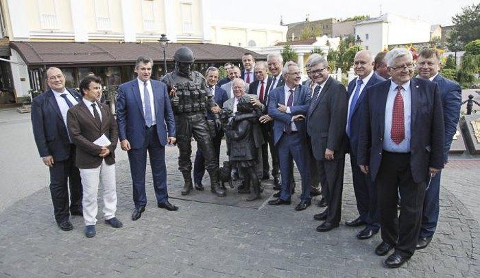 Депутати парламенту Франції на тлі пам'ятника * Ввічливим людям * у Сімферополі, Крим 29 липня 2016.
