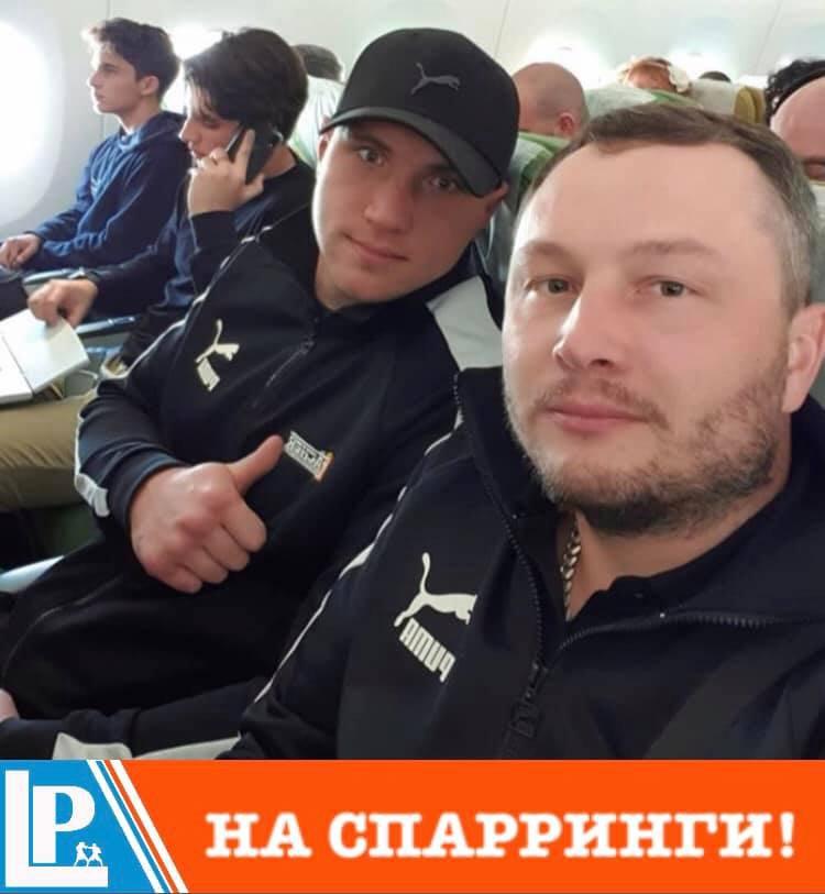 Владислав Сіренко (ліворуч) зі своїм менеджером Максимом Михайльовим