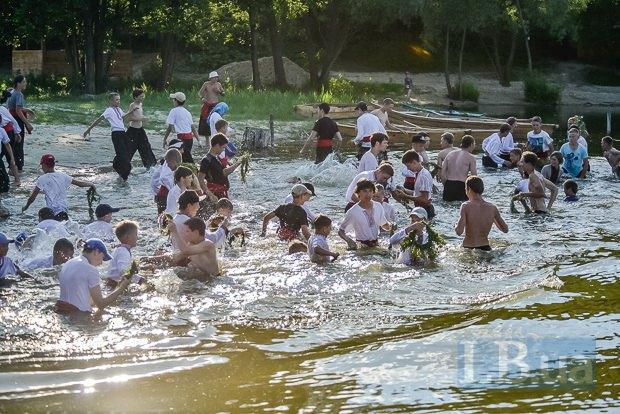 В один миг парни рванули вылавливать венки из воды