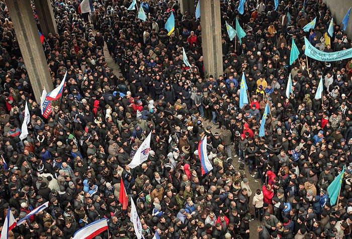 Два митинга под зданием Верховного Совета Крыма