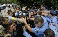 "По версии МВД, избитая активистка ""наткнулась на ладони"" милиционера"