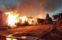 У Харкові згорів склад із деревиною, пожежні врятували оператора електропідстанції
