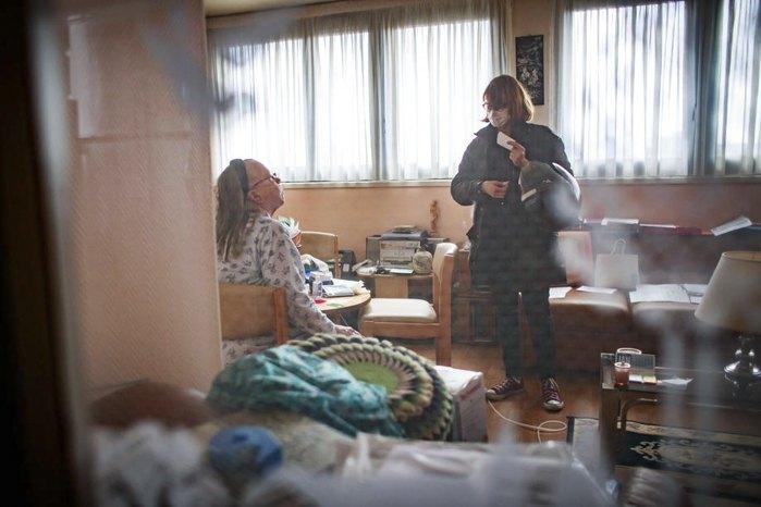 Медсестра Сюзанна Острець відвідує підопічну пацієнтку Сімону, Париж, 20 березня 2020.
