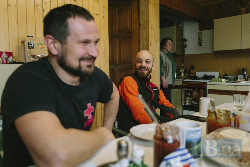 Василь, Капа та пані Люба за сніданком