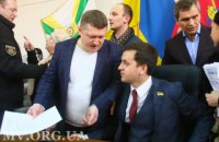 """В Мелитополе """"Слуга народа"""" Крейденко сломал дверь в горсовете и облил водой депутата"""
