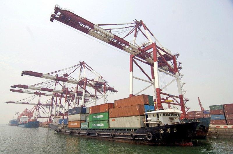 Контейнеровозы загружаются в порту Циндао