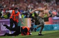 Під час фіналу Євро-2020 стюарди хвилину не могли зупинити напівголого фана, який вибіг на поле