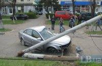 ДТП у Києві: Hyundai Sonata на великій швидкості зніс металевий стовп