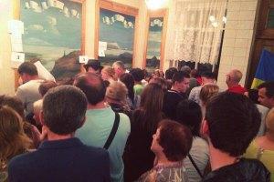 КВУ: на більшості дільниць у Києві триває голосування