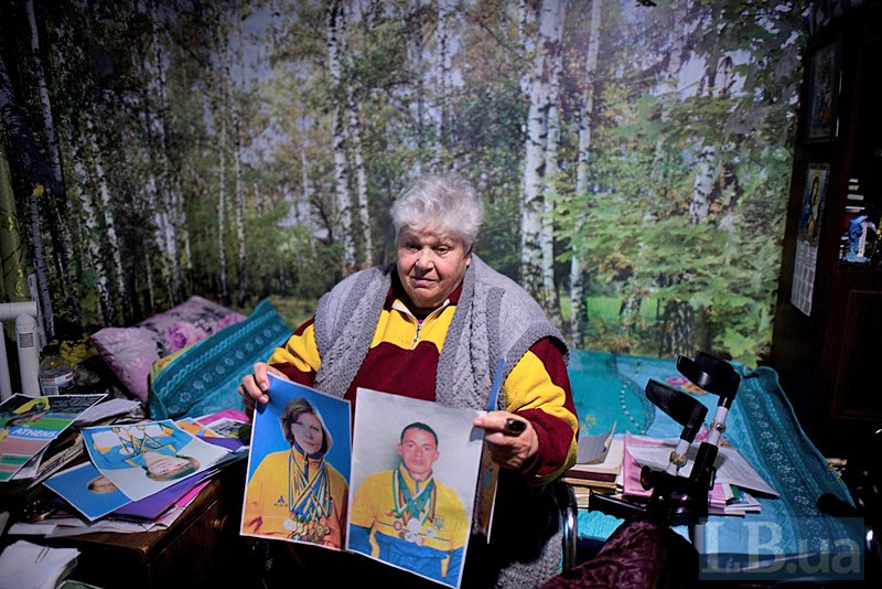 Римма Федоровна показывает фото своих воспитанников, которые стали мужем и женой