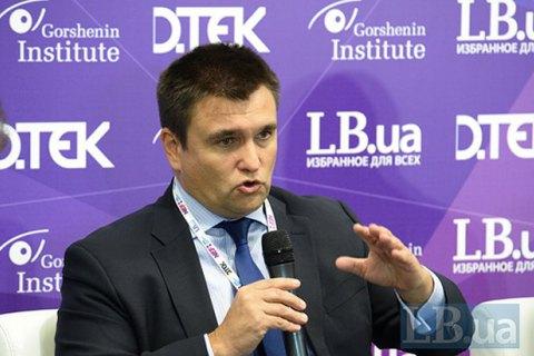 Україна вирішила не вводити візовий режим із Росією
