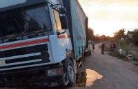 На Миколаївщині 19-річний хлопець викрав вантажівку з 30 бочками меду і розсипав їх