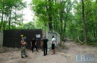 Коммунальщики начали демонтаж забора на строительстве ЖК в Пуще-Водице (добавлены фото)