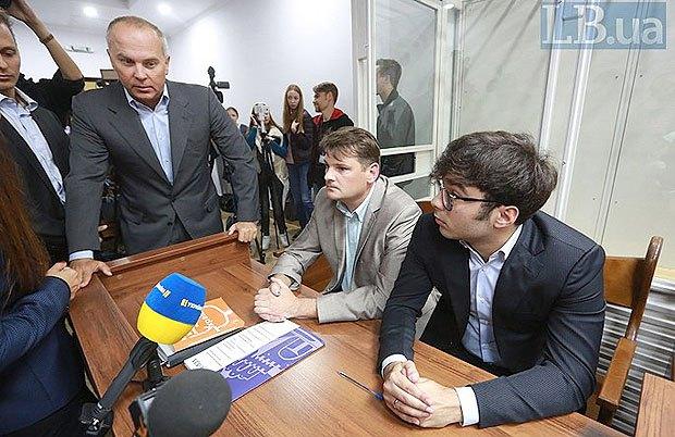 Нестори Шуфричі: молодший справа, старший зліва на засіданні суду
