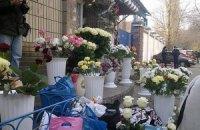 Сторонники Тимошенко забросали двор СИЗО цветами