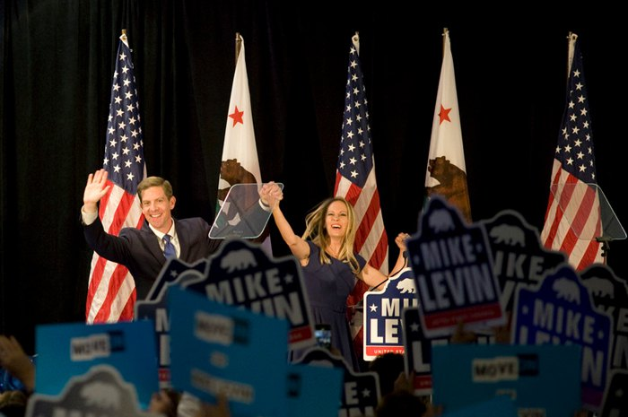 Кандидат от Демократической партии Майк Левин с женой Крисси празднует свою победу в Дель-Мар, Калифорния, США, 06 ноября 2018.