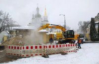 В Киеве на Лаврской прорвало трубу, 86 домов остались без тепла и воды