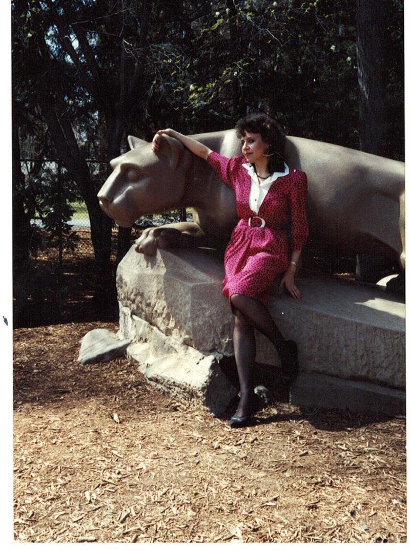 1992. Оксана Забужко - запрошена лекторка Пенсильванського університету. На тлі скульптури левиці, символу Пенн Стейт.