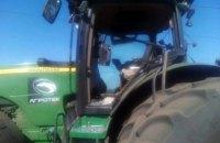 Возле Луганского на поле подорвался трактор