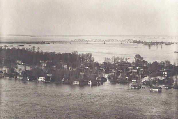 Потоп на Трухановом острове. Вдалеке виднеется Петровский железнодорожный мост. 1931 г.