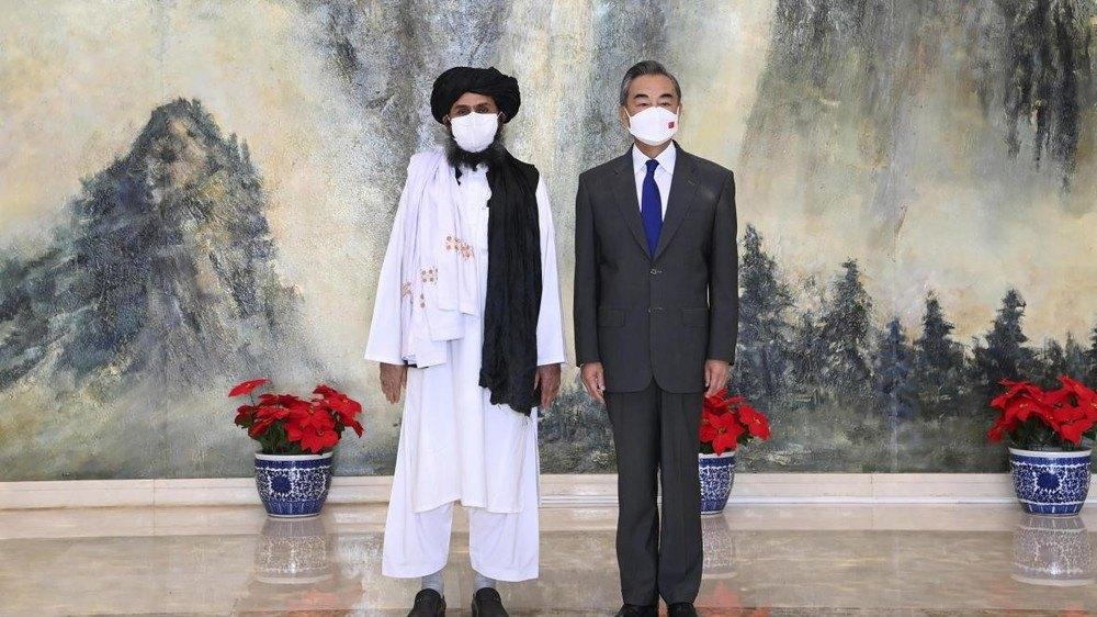 Голова МЗС КНР Ван І і голова політичного офісу Талібану мулла Абдулла Гані Барадар