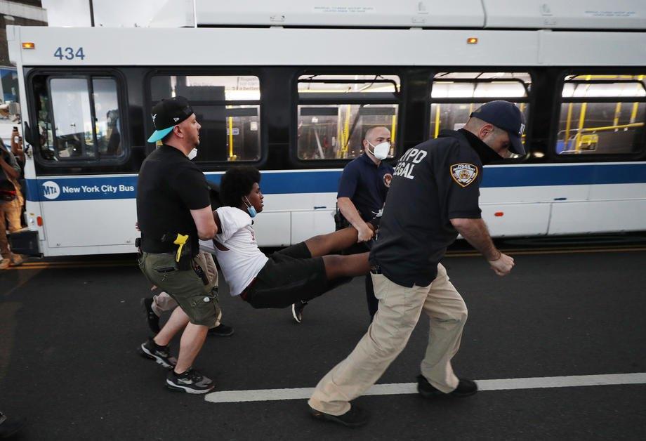 Полицейские задерживают участника протестов в Нью-Йорке, 29 мая 2020.