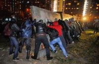 В Киеве на Позняках активисты снесли забор и протестуют против строительства двух высоток