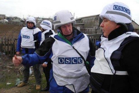 """Боевики """"ДНР"""" заставили представителей ОБСЕ лечь на землю и обыскали их автомобиль"""