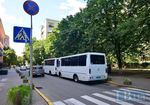 Автобусы милиции, припаркованные с нарушениями