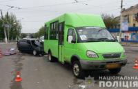 В Краматорске при столкновении маршрутки и легкового автомобиля погиб военный
