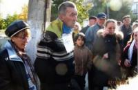 На Донбассе к столбу привязали мужчину с украинским флагом