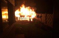 Неизвестные сожгли беседку во дворе дома нардепа Вознюка в Ровно