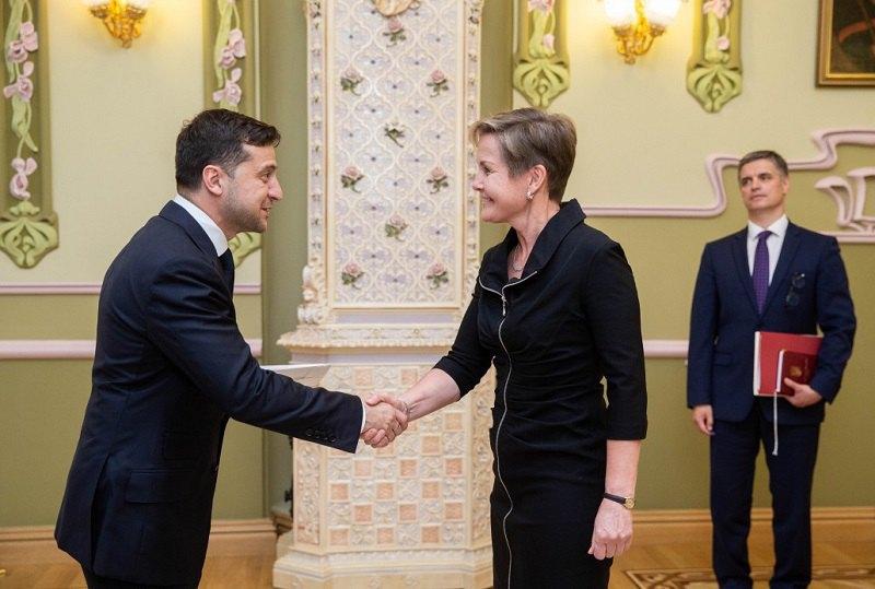 Владимир Зеленский и посол Финляндии Пяйви Марит Лайне