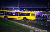 В Києві автобус виїхав на пішохідну зону та зніс МАФ, одна людина загинула