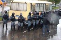 """В Первомайске люди не выпускают из окружкома автобус """"Беркута"""" с протоколами (ДОБАВЛЕНО НОВОЕ ВИДЕО)"""