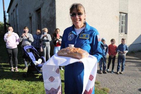 Американська астронавтка приїхала на історичну батьківщину батька в село Якимів біля Львова