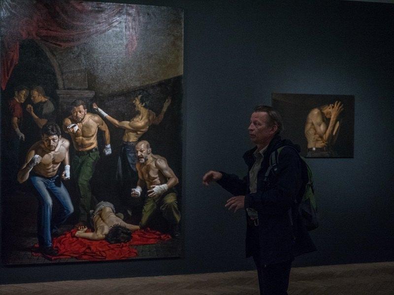 """Євген Равський біля роботи """"Подвиг Менелая"""""""
