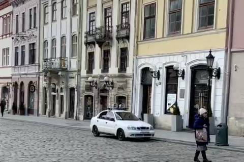 По Львову їздять машини з гучномовцями, що закликають пенсіонерів залишатися вдома
