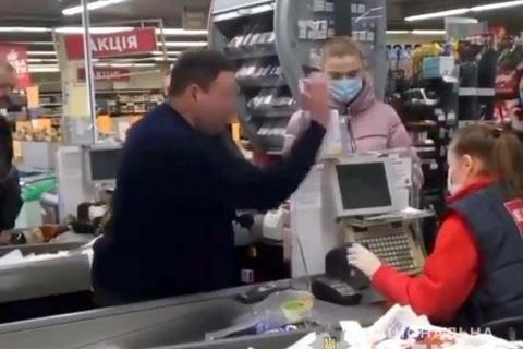 В Полтаве завели дело на посетителя супермаркета, швырнувшего монеты в кассира