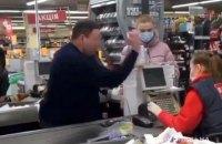 У Полтаві порушили справу проти відвідувача супермаркету, який жбурнув монети в касирку