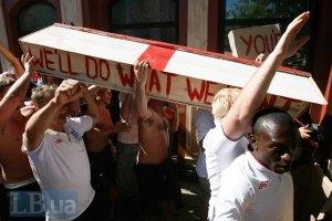 Англійські вболівальники пройшли по Донецьку з труною