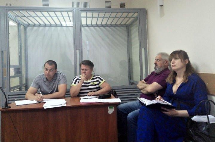Сергій Лекарь (в рожевій футболці) з адвокатами