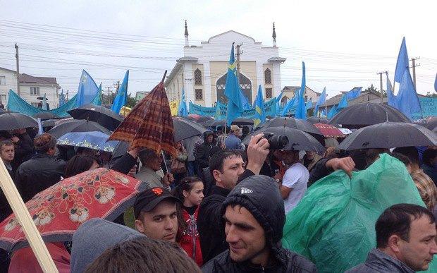 Траурный митинг возле мечети в поселке компактного проживания крымских татар Ак-Мечеть под Симферополем. 18 мая