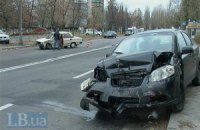 ДТП в Киеве: ВАЗ протаранил Chevrolet и вылетел на тротуар